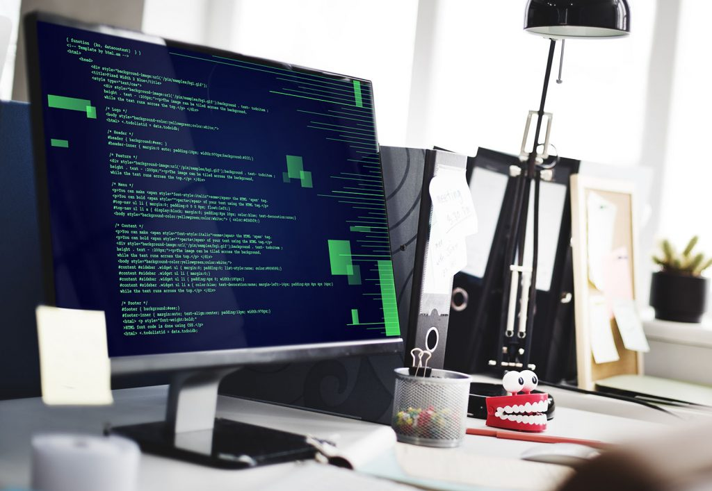 écran d'ordinateur de bureau qui affiche des lignes de code vertes sur fond noir