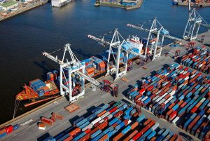Des containers en attente de chargement